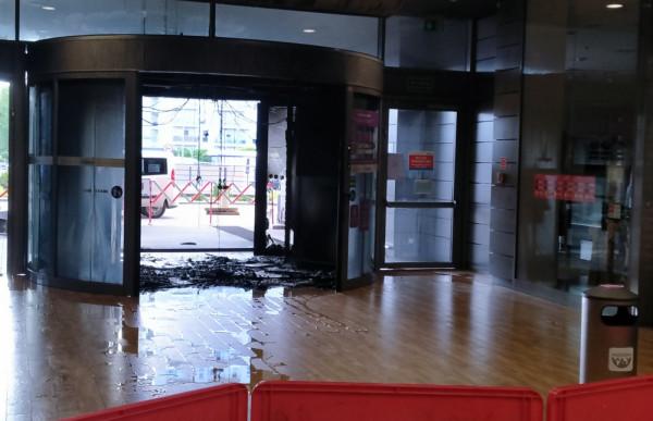Tak wyglądały drzwi galerii handlowej po pożarze.