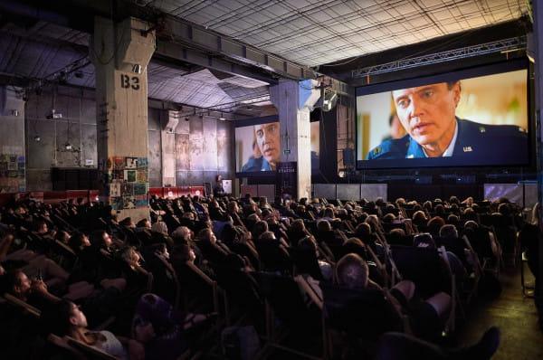 Wypełnionej do ostatniego miejsca sali podczas trzeciej edycji Octopus Film Festival raczej nie zobaczymy ze względu na sporo obostrzeń i wymogów sanitarnych. Część seansów organizatorzy zaplanowali w plenerze oraz w formule kina samochodowego.