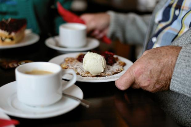 Wielu seniorów chętnie wyszłoby z domów, aby zjeść na mieście, jednak powstrzymuje ich brak towarzystwa, wysokie ceny lub przesadnie skomplikowane dania. Poszukaliśmy przyjaznych im miejsc.