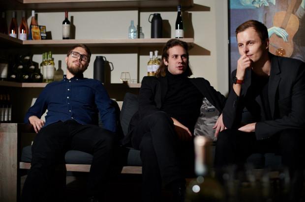Arek Czernysz Trio wykonuje autorskie kompozycje utrzymane w stylistyce muzyki jazzowej i filmowej. Zespół zagra 26.07 na Patio Konsulatu Kultury.