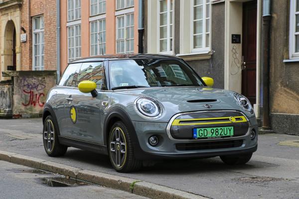 Na pierwszy rzut oka Mini Electric wygląda jak... standardowe Mini.