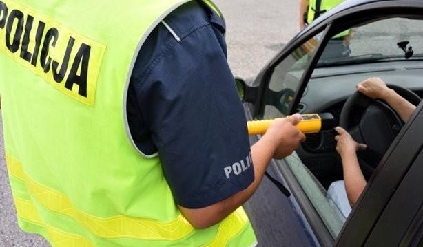 Młody mężczyzna, który uderzył w znak, był pod wpływem alkoholu. Zdjęcie ilustracyjne.