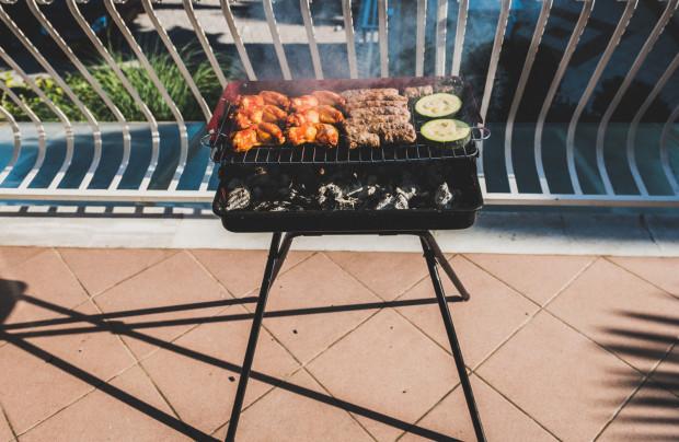 Grill na balkonie to dla jednych zabawa - dla drugich uciążliwość. Strażacy ostrzegają, że taka impreza może zakończyć się pożarem.