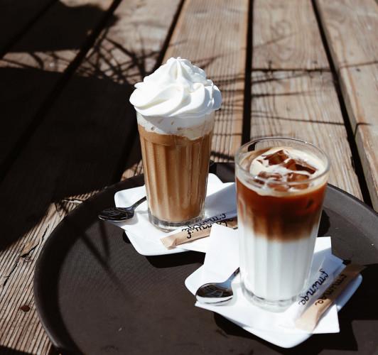 W F. Minga kawę wypić można z pięknym widokiem na gdyńską plażę.