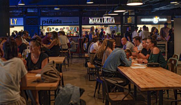 W Trójmieście znajdziemy kilka przestrzeni kulinarnych, czyli food halli. Na zdjęciu: Stacja Food Hall we Wrzeszczu.