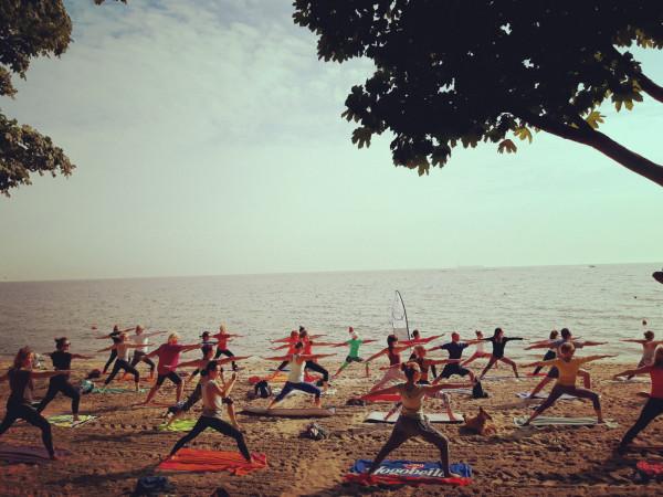 W soboty o 8:30 w Gdyni na plaży przy Polance Redłowskiej odbywają się zajęcia z jogi lub pilatesu.