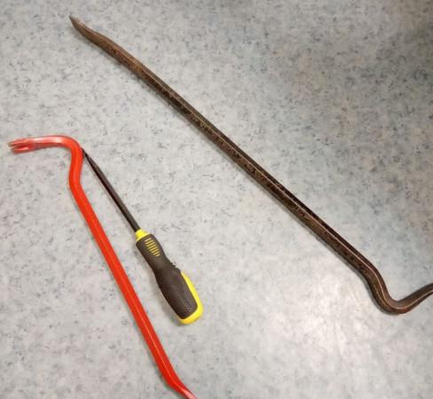 W czasie ucieczki przed policją jeden z mężczyzn odrzucił łom, którym prawdopodobnie podważał obudowę biletomatów.