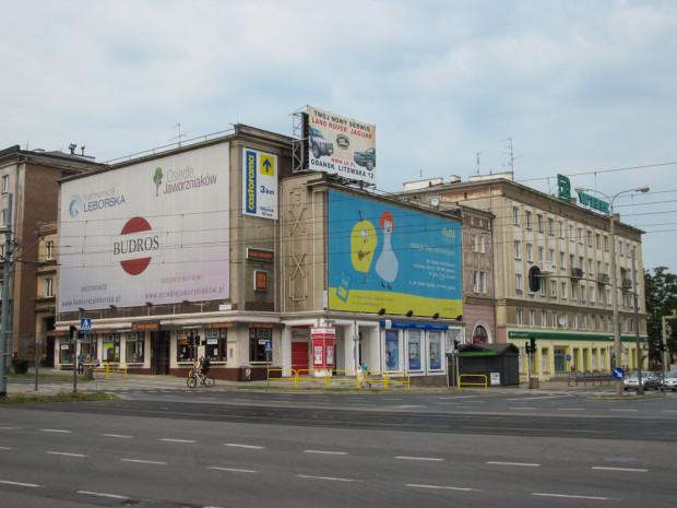 Dawniej reprezentacyjny gmach witający wjeżdżających do Wrzeszcza od strony Śródmieścia w ostatnich latach służył za wieszak na gigantyczne banery reklamowe. Praktykę tę ukróciła dopiero tzw. uchwała krajobrazowa. Zdjęcie wykonane w lipcu 2013 r.