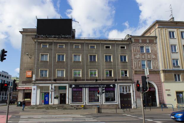 """Odsłonięta południowa elewacja budynku dawnego """"Domu Książki"""", zdjęcie wykonane w marcu 2020 roku. Od lat 90. budynek stopniowo zajmowały także inne firmy i sklepy."""