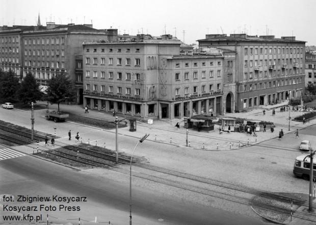 """""""Dom Książki"""" przy skrzyżowaniu al. Grunwaldzkiej z ul. ks. Leona Miszewskiego, lipiec 1968 r."""