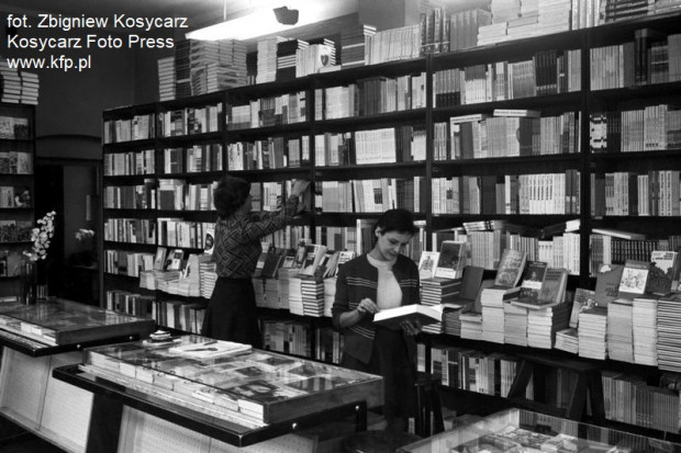 """Wnętrze księgarni """"Domu Książki"""" we Wrzeszczu, listopad 1975 roku."""