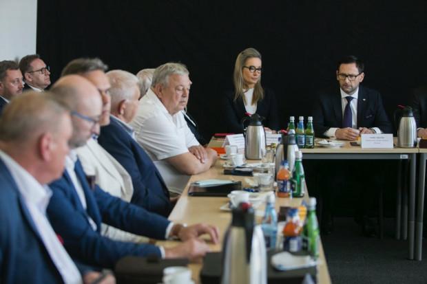 Podczas spotkania z przedstawicielami związków zawodowych działajacych w Grupie Lotos, prezes PKN Orlen Daniel Obajtek zapewnił, że w związku z fuzją nie będzie zwolnień grupowych.