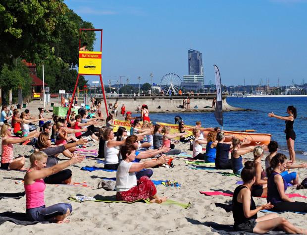 W soboty o 8:30 w Gdyni odbywają się zajęcia z jogi lub pilatesu.
