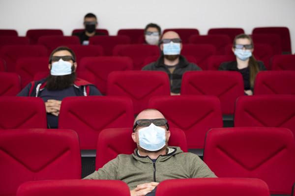 Zgodnie z zasadami bezpieczeństwa połowa miejsc na widowniach w pomieszczeniach zamkniętych, typu teatry i kina, musi pozostać wolna.