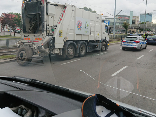 W wypadku ucierpiał kierowca golfa, który jechał tuż obok śmieciarki, w której pękła opona.