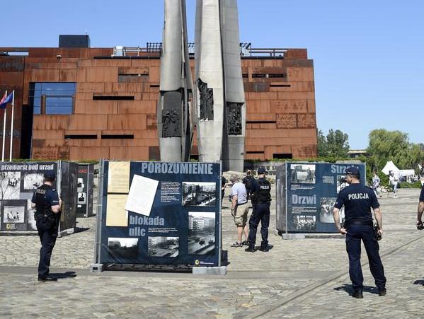 W przeszłości na pl. Solidarności prezentowano m.in. wystawy Pomorskiej Fundacji Historycznej poświęcone zbrodniom stalinowskim. Również budziły emocje, więc ekspozycji pilnowali policjanci.