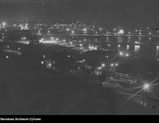 Widok na nocną Gdynię w latach 30. XX wieku.
