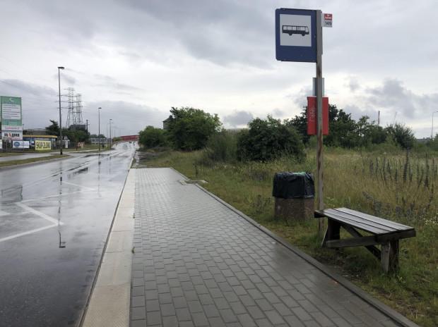 """Na przystanku przy ul. Uczniowskiej pojawiła się """"ławka-samoróbka"""". Teraz pasażerowie mają gdzie usiąść, czekając na autobus linii 149."""