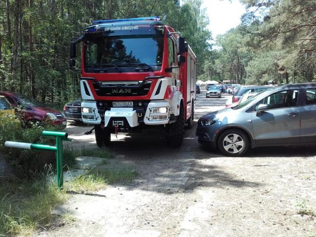 Z dojazdem na plażę przez nadmiar samochodów zaparkowanych w lesie mają też problem służby ratunkowe.