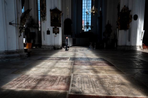 Posadzka Bazyliki Mariackiej składa się z kilkuset zabytkowych płyt nagrobnych.