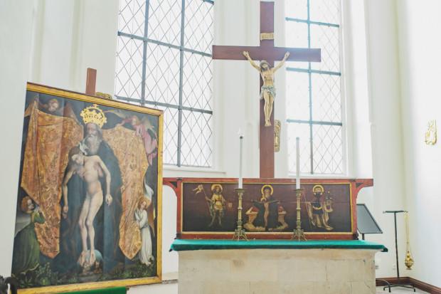 Ołtarz św. Trójcy tuż po przetransportowaniu do Bazyliki Mariackiej. Na zdjęciu jest jeszcze umieszczony w zakrystii, skąd trafił na swoje pierwotne miejsce.