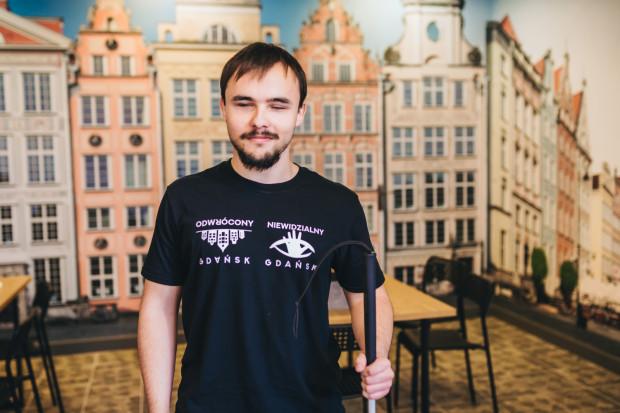Przewodnikami po Niewidzialnym Gdańsku są wyłącznie osoby niewidome i niedowidzące. To niezwykle otwarci, pełni pasji ludzie, mający za sobą wiele różnych doświadczeń życiowych. Chętnie odpowiadają na pytania i pokazują, jakich udogodnień używają przy domowych czynnościach np. czujnika do pomiaru poziomu cieczy.
