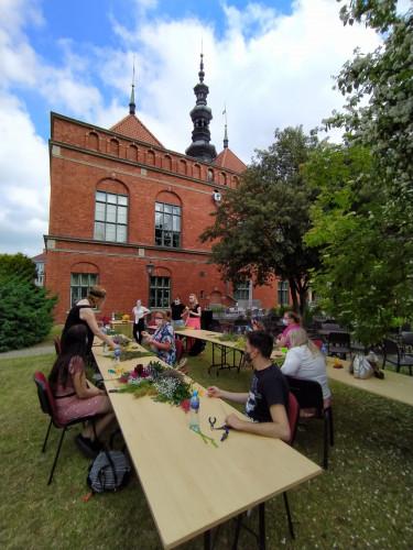 Nadbałtyckie Centrum Kultury: Na warsztaty z wicia wianków mieliśmy komplet uczestników podzielonych na dwie grupy.