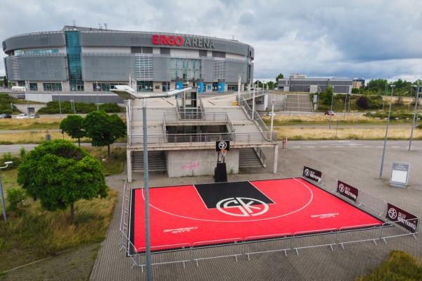 SK Ergo Arena 3x3 Court czynne będzie przynajmniej do końca wakacji. Korzystanie z boiska jest bezpłatne. Prowadzone  będą na nim m.in. zajęcia z uznanymi polskimi trenerami specjalizującymi się w koszykówce 3x3.