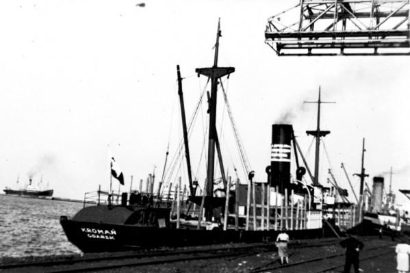 SS Kromań stojący przy nabrzeżu portowym.