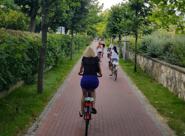 Po drodze rowerowej powinni poruszać się wyłącznie rowerzyści, jednak w okresie wakacji, gdy ruch w okolicach plaży jest bardzo duży, pojawiają się tam rolkarze, biegacze i dzieci na hulajnogach.