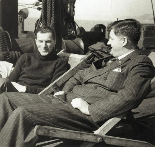 """Tadeusz Dybek (po prawej) podczas rozmowy na pokładzie z pisarzem Arkadym Fiedlerem, autorem książki """"Dziękuję ci, kapitanie"""" opisującej losy kapitana."""