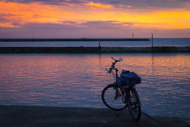 Rowerzysta po zmroku jest zobowiązany do wyposażenia roweru w światła z przodu i z tyłu.