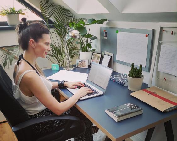 Biurko przy pisaniu nowej książki wymagało przemeblowania. Ale - jak twierdzi Małgorzata Sobczak - pisać można wszędzie.