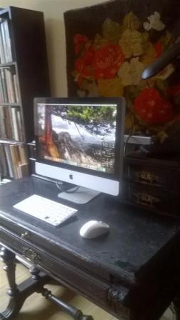 Stylowe, acz sterylne biurko Emmy Popik. Tradycja i nowoczesność w jednym.