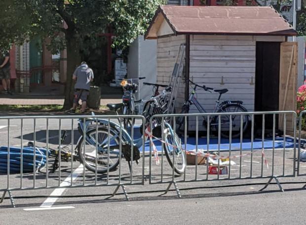 Dwa rowery Mevo, które przy Długich Ogrodach zauważył nasz czytelnik.