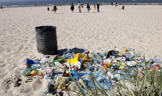 Nic tak nie denerwuje jak śmieci na plaży. A jeszcze bardziej - zakopane w piasku śmieci.