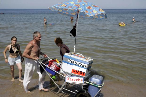 Kiedyś na plaży można było spotkać sprzedawców lodów i przekąsek. Teraz taki widok należy do rzadkości.