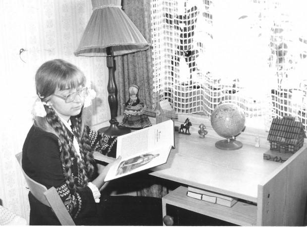 Na zdjęciu z lat 80. 14-letnia pisarka Monika Milewska, wkrótce po debiucie siedzi przy swoim biurku z figurką Napoleona.