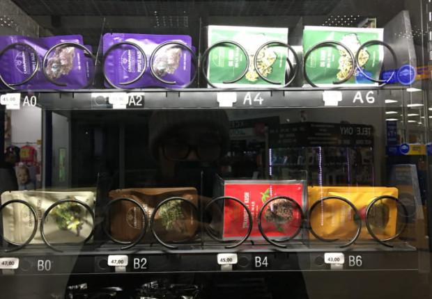 Produkty z konopi dostępne w automacie w centrum handlowym na Jasieniu.