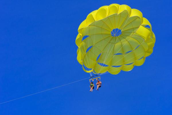 Lot spadochronem ciągniętym przez motorówkę oferuje sopocka grupa Extreme.