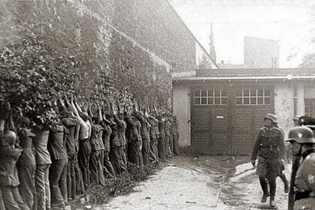 Polscy pocztowcy po kapitulacji przed Niemcami 1 września 1939 r.