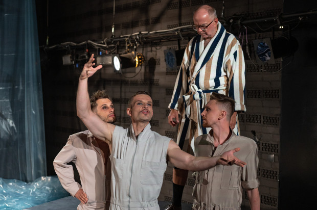 Postać kochanka Jarosława Iwaszkiewicza (w tej roli Krzysztof Matuszewski, u góry) rozpisano na trzech aktorów, od lewej: Marcina Miodka, Jana Napieralskiego i Piotra Biedronia.