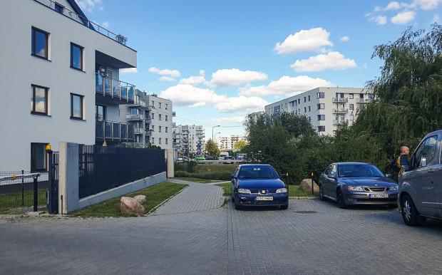 Ulica Hausbrandta widziana od strony ul. Myśliwskiej. W oddali widoczne są bariery drugiego fragmentu tej ulicy.