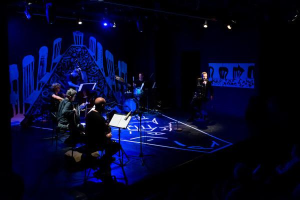 Dzięki scenografii Serhiya Savchenki wszyscy widzowie zaproszeni są na muzyczno-poetycką ucztę. Dba o to świetnie dysponowany i współpracujący zespół The Jazzish Company pod kierunkiem Adama Żuchowskiego.