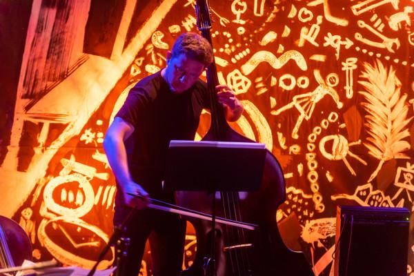 Adam Żuchowski (na zdjęciu) to nie tylko kierownik muzyczny przedsięwzięcia i aranżer wykonywanych utworów, ale też kontrabasista, który użyczył głosu do puszczanych z offu polskich wersji wierszy Itzika Mangera.