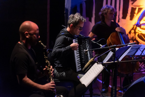 """Bardzo mocnym punktem """"Księcia Jidysz"""" są muzycy The Jazzish Company. Na zdjęciu od lewej: Wacław Zimpel, Stefan Heckel i Erich Oskar Huetter."""
