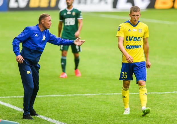 Trener Ireneusz Mamrot (z lewej) nakłaniał Mateusz Młyńskiego (z prawej) do pozostania w Arce Gdynia, ale 19-latek chce przejść do klubu z ekstraklasy.
