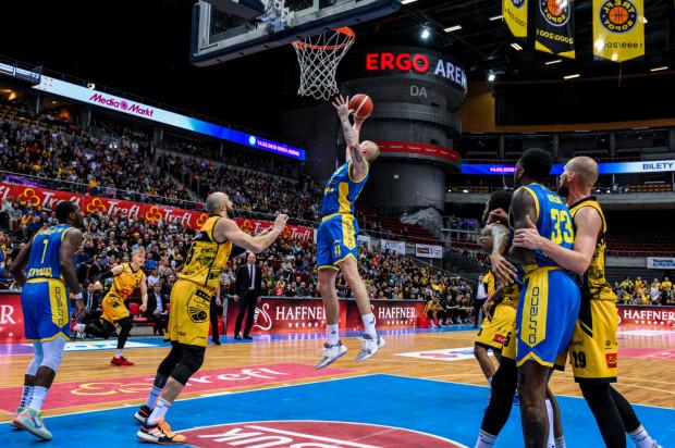W pierwszym sparingu koszykarzy Asseco Arki Gdynia i Trefla Sopot, lepsi okazali się ci drudzy. Natomiast zdjęcie zostało zrobione podczas ostatniego ligowego starcia w Ergo Arenie.