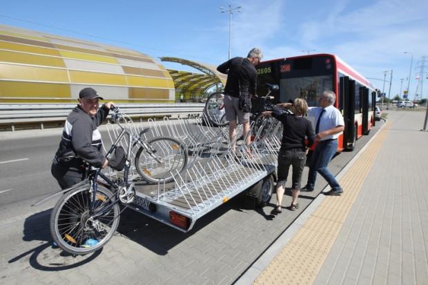 Gdy za autobusem linii 258 jeździła przyczepa na rowery pomoc kierowców była nieodzowna. Teraz pasażerowie w pojazdach zdani są na siebie, pod warunkiem, że kierowca da im czas na zapięcie rowerów.