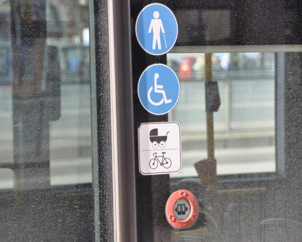 Od wiosny wszystkie autobusy w Gdańsku posiadają specjalne oznaczenia, że dany pojazd jest przystosowany do przewozu rowerów.